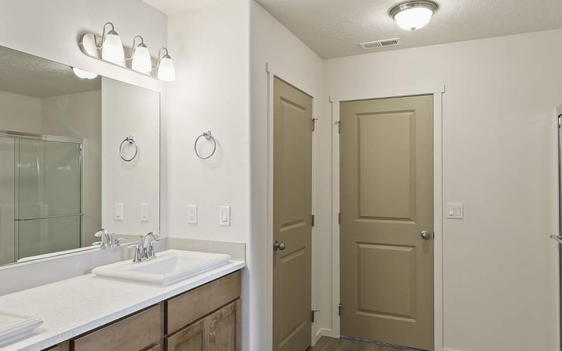 017_Master_Bathroom_dLi6yXD