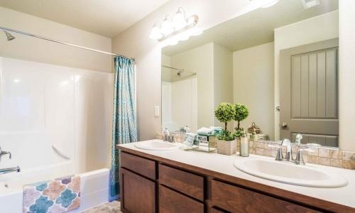 020_Upstairs_Bathroom