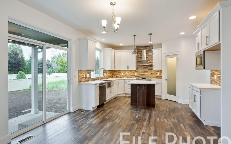 11352_Emerald_Dr_007_Dining_and_Kitchen_HUwVbgl
