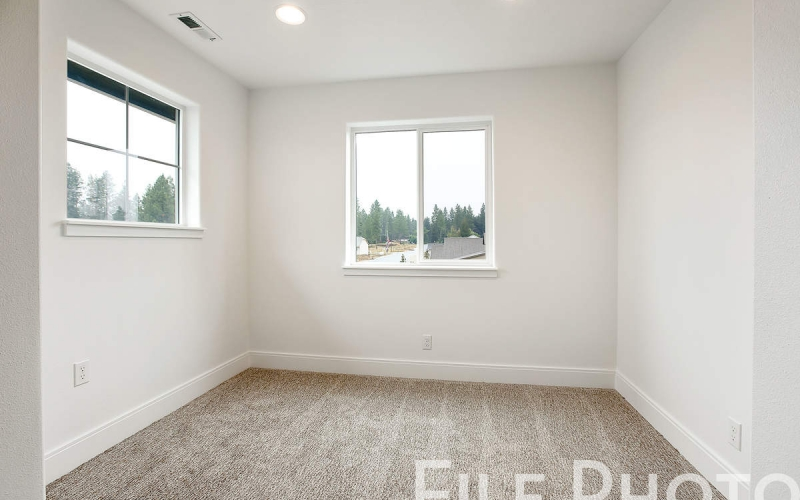11352_Emerald_Dr_022_Master_Sitting_Area_kfYwPCF