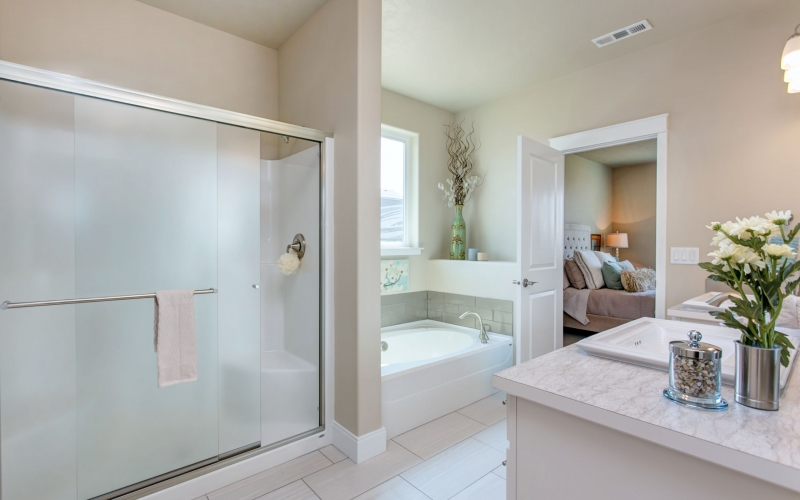 2104_Coulee_Vista_Dr_8.21.18_31_Master_Bathroom