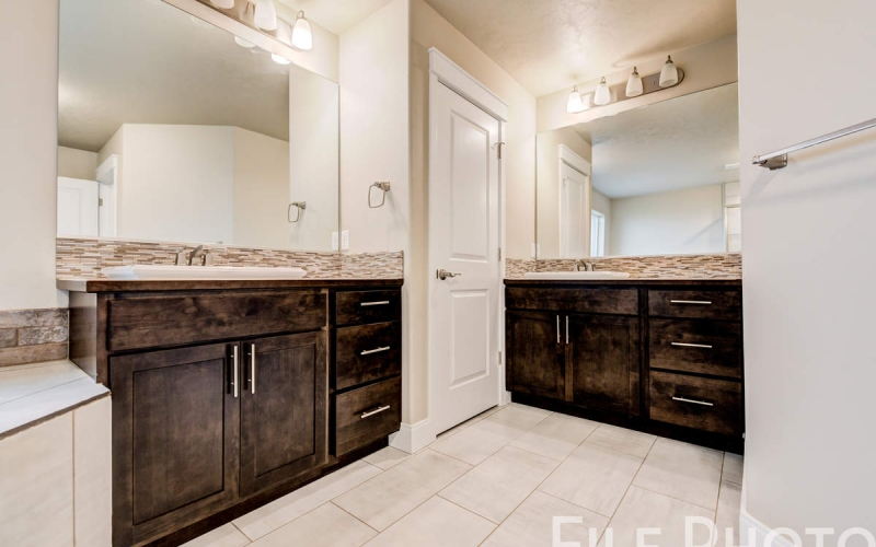 3517_S_Lincoln_St_Kennewick-46_Master_Bathroom